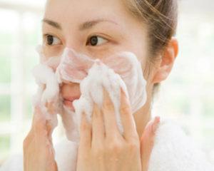正しく洗顔する女性