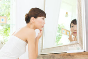 肌の乾燥が気になる女性