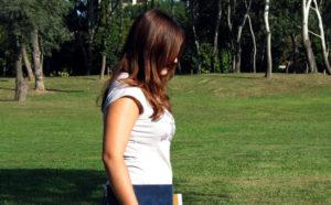 紫外線のダメージを受け肌が乾燥する女性